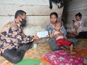 Baznas Muaro Jambi Beri Bantuan untuk Sival Anak Yang Lumpuh Di Sekernan