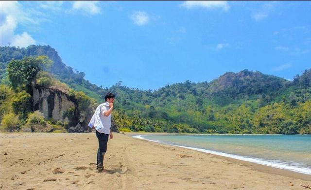 20 Tempat Wisata Malang Kota Terbaru Terfavorit Anti Mainstream  Pantai Sipelot