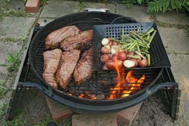 Carne quemada y asada sobre una llama abierta