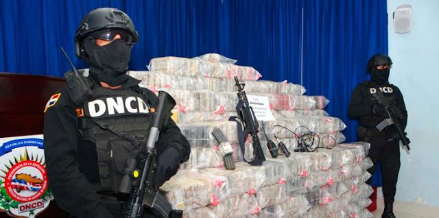 De último minuto: La (DNCD) decomisó, 1,026 paquetes de un polvo blanco que se presume es cocaína.