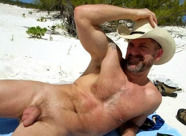 голые мужики загарают