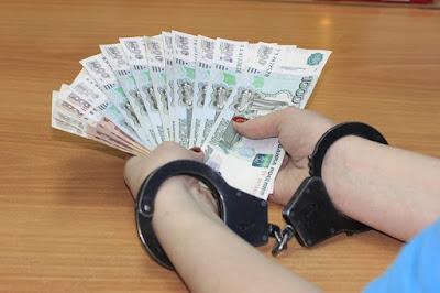 задержали главного бухгалтера на месте преступления в момент получения им взятки в размере 11 тысяч рублей за фиктивную справку о доходах