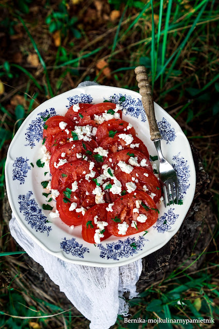pomidory, twarog, wedzony twarog, salatka, bernika, kulinarny pamietnik