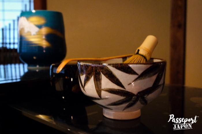Présentation du matériel, cérémonie du thé, jardin Gyokusen-en, Kanazawa