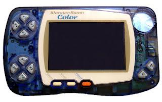 Imagen de la portátil de Bandi, WonderSwan color. Dos crucetas en la parte izquierda, pantalla con tres botones debajo y a la derecha los botones A y B
