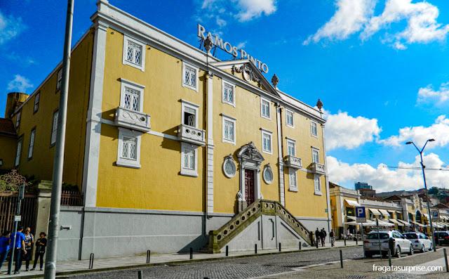 Escritório e centro de degustação de vinhos da tradicional Casa Ramos Pinto, no Cais de Gaia