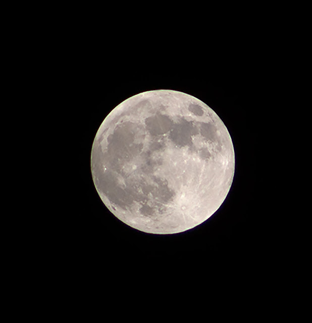 Nearing full moon and no clouds, DSLR, 300mm. 1/2000 second (Source: Palmia Observatory)