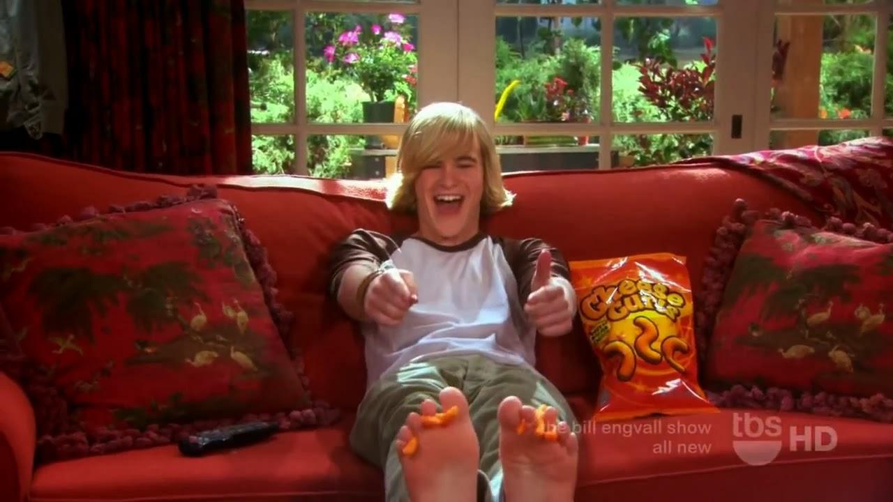 Barefoot Skyler Gisondo
