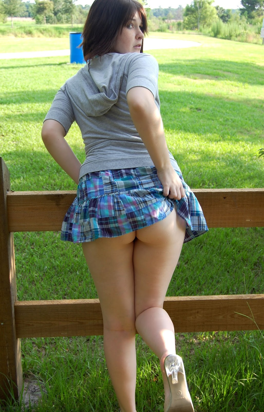Залез с большими бедрами телки под юбку на видео время