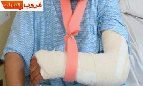 طلاب يكسرون ذراع معلمهم لمطالبته لهم بتسليم الكتب المدرسية