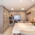 Cozinha clássica e sofisticada cor fendi com marcenaria exclusiva!