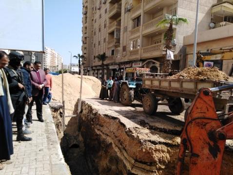 آمنة يتابع أعمال إحلال وتجديد خط طرد الصرف الصحي بشارع عبد السلام الشاذلي بدمنهور