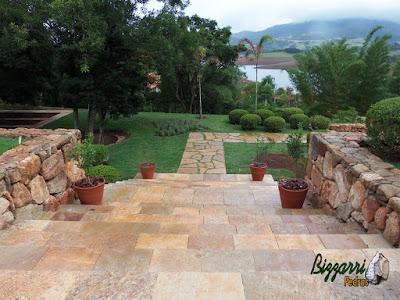 Execução do caminho no jardim com pedra Goiás tipo cacão com juntas de grama com as escadas de pedra Goiás serrada e a execução do paisagismo em residência em Piracaia-SP com o gramado com grama esmeralda.