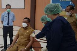 Terima Dosis Pertama, Petrus Fatlolon Gencarkan Vaksinasi Tenaga Pendidik