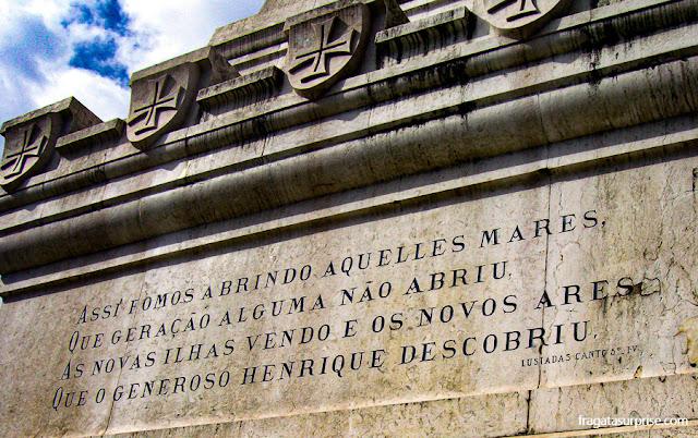 Versos de Os Lusíadas no monumento ao Infante D. Henrique, no Porto, Portugal