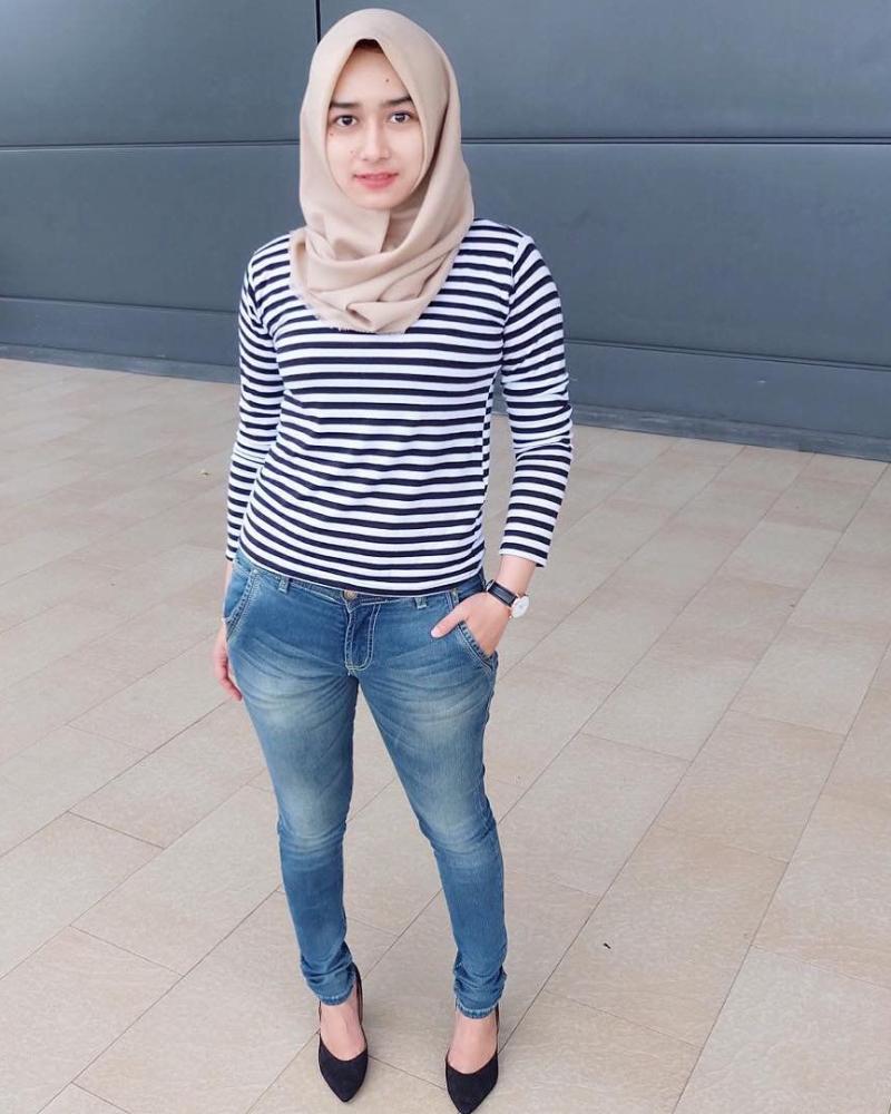 Celana Jeans dan Hijab cewek manis Baju kaos Belang Belang