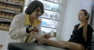 Σeξιστική η διαφήμιση του Τόνι Σφήνου: Έξαλλοι οι φαρμακοποιοί!