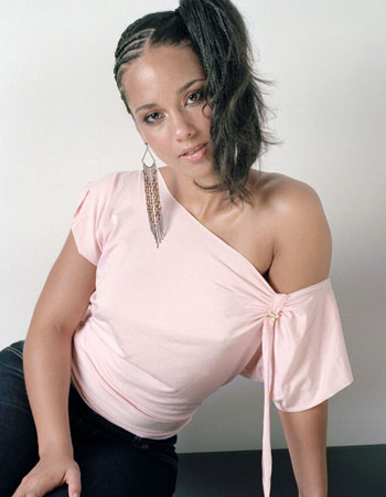 Foto de Alicia Keys posando sentada