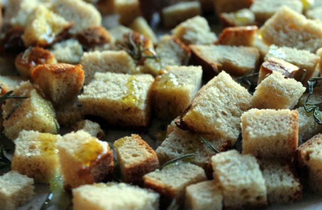 Croutons with thyme by Laka kuharica: mix and combine well
