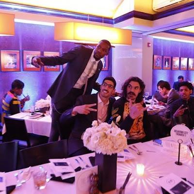 Keven Durant maakt een selfie met teammaten Enes Kanter & Steven Adams