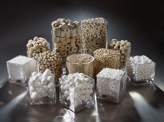 Consideraciones para la carga de catalizadores sólidos industriales en reactores químicos