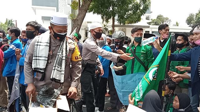 Demo Omnibus Law di Lotim, Kapolres dan ajudannya bersihkan sampah