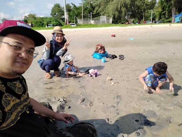gambar keluarga di tepi pantai morib
