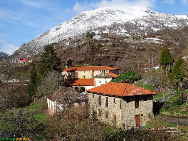 Vistas hacia la Colegiata de Santa María de Tanes en el concejo asturiano de Caso