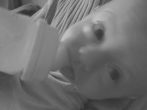 Son premier biberon de lait maternel