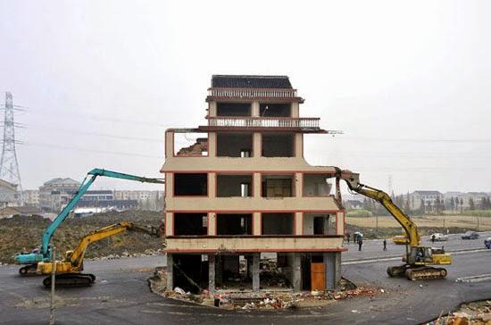 Casa no meio da estrada na China - Demolida