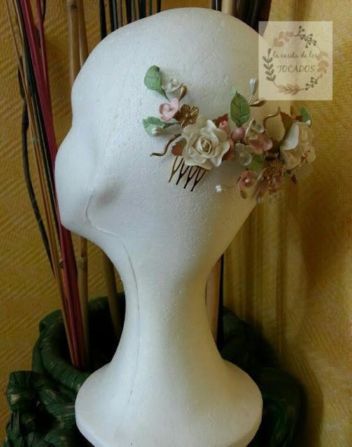 peineta de porcelana silvestre para novia con hojas, flores y pistilos