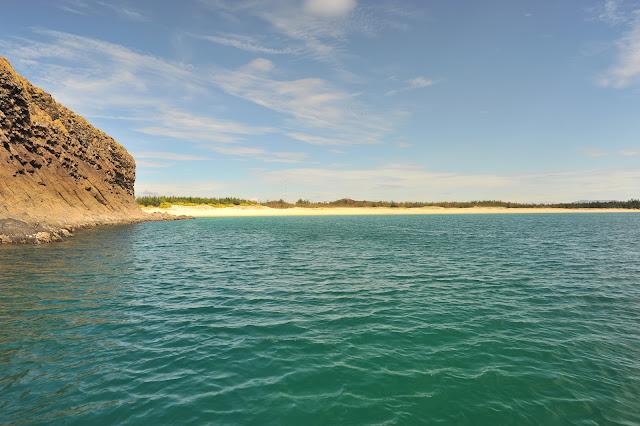 Bãi tắm nguyên sơ tại Hòn Yến, có thể đến đây bằng cano hoặc đi bộ từ Hòn Yến