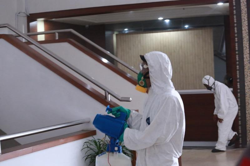 Antisipasi Penyebaran Covid-19, Gedung DPRD Kota Batam Disemprot  Cairan Desinfektan