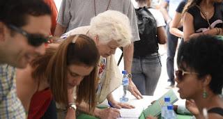 Decenas de personas acuden a firmar libro verde por el fin de la impunidad