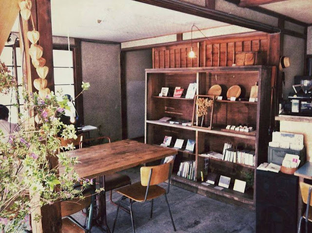 Swan鵝牌極致鵝絨日式刨冰機 鵝絨雪花冰機  給音樂迷和老屋控的刨冰提案 Terzo Tempo テルツォ テンポ 店內木製老家具與老書櫃 -swan-kakigori-TerzoTempo-Musician-historical-wooden-house-interior-