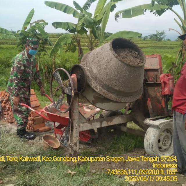 Kodim Sragen - Bersama Warga Babinsa Karbak Pembuatan Gorong – Gorong
