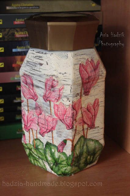 618. Słoik z różowymi kwiatami