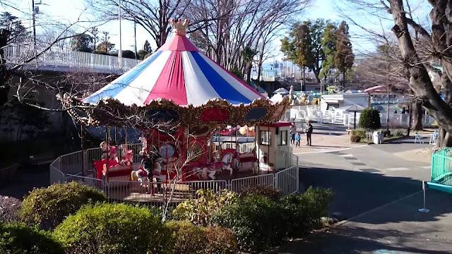 Um parque com ar retrô, cheio de brinquedos da década de 50, voltou a fazer sucesso entre famílias com crianças.