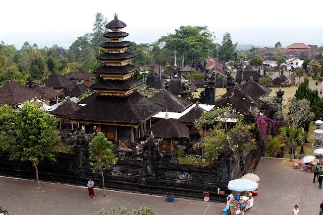 Vista de unos merus de Pura Besakih (Bali)