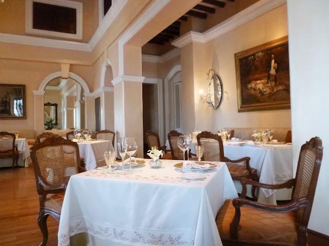 Falaknuma Palace Images: the dining room