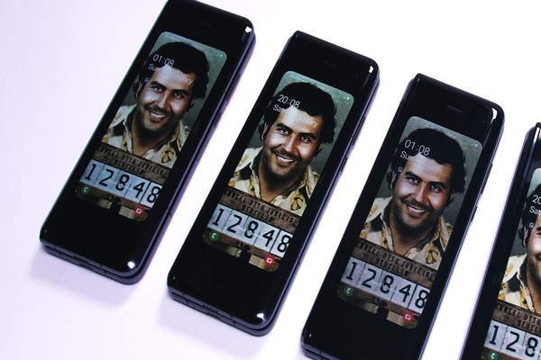 بالفيديو: إطلاق هاتف Escobar Fold 2 المثير للجدل
