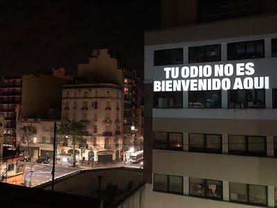 Texto escrito na parede do prédio Teu Ódio não é bem-vindo aqui