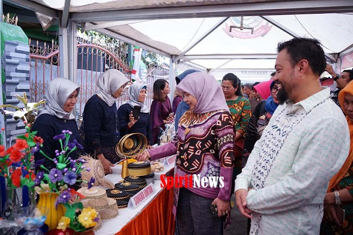 Ketua TP PKK Makassar Didampingi Ruly Nurdin Kunjungi 12 Stand UKM