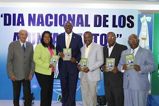 Al centro el alcalde Alfredo Martínez, en el extremo izquierdo Ismael Hernandez y en el extremo derecho Juan Lopez, autores del libro