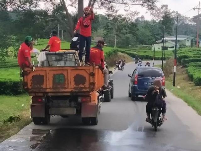 Bersama Dengan Dinas Terkait, Personel Jajaran Kodim 0207/Simalungun Laksanakan Penyemprotan Cairan Disinfektan