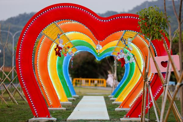 台中太平心心向隆五心連環隧道,彩色愛心還會變色,網美打卡點
