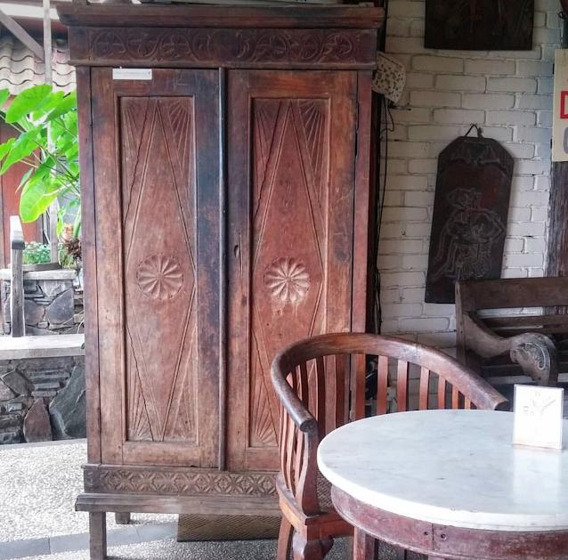 lemari kayu antik