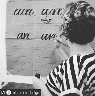Foto de Juliana mostrando a técnica de caligrafia.