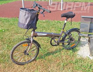 Il cestino 300 di B'Twin montato sulla mia bicicletta pieghevole Hoptown 5