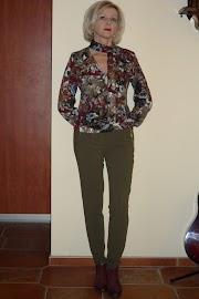 Na manewry czas, spodnie w kolorze khaki i bluzka we wzory.